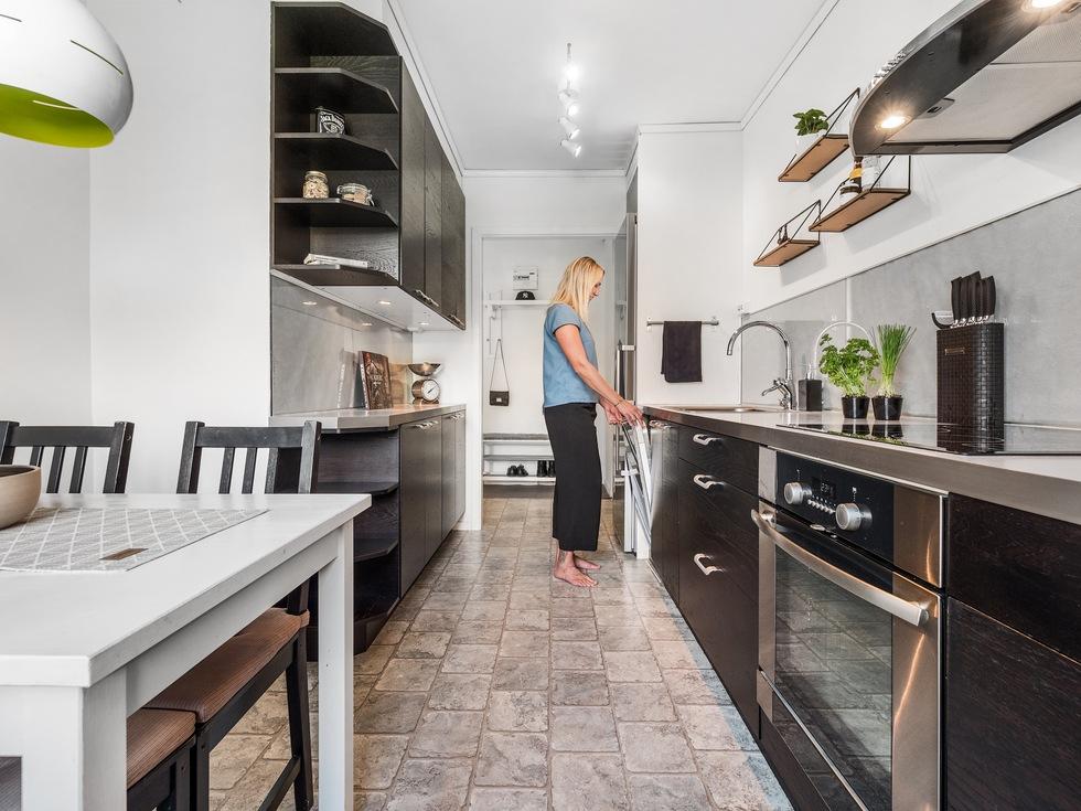 Nyare kök med rostfria maskiner...
