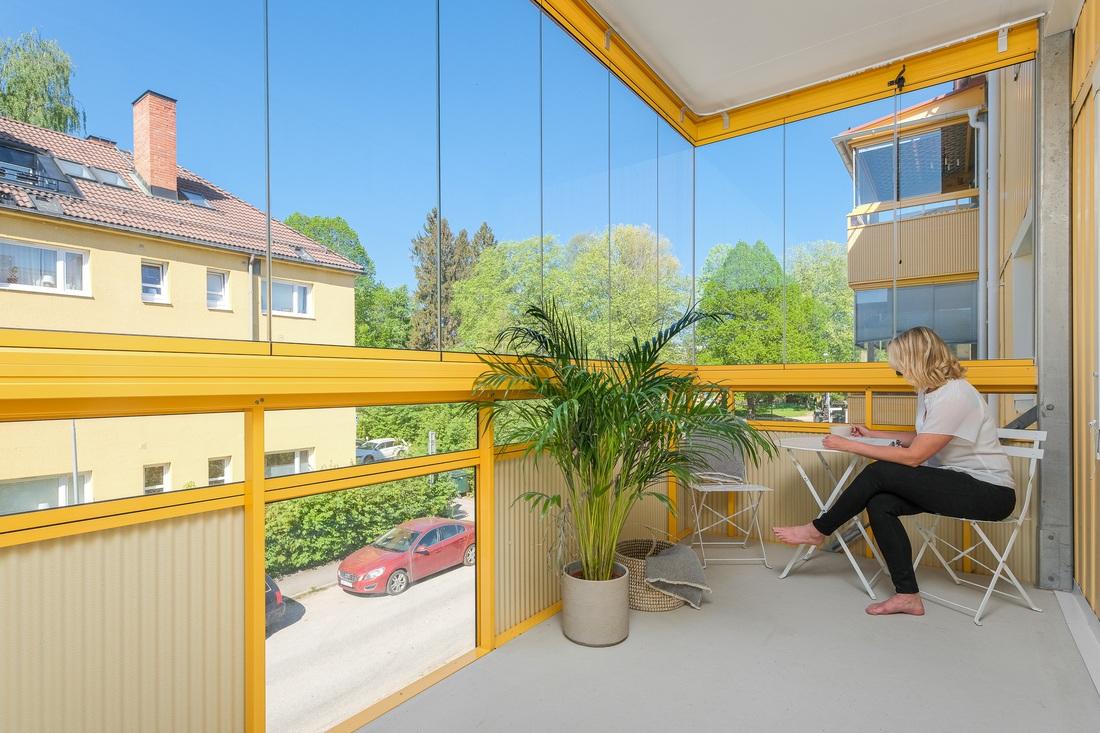 Stor inglasad balkong i härligt västerläge