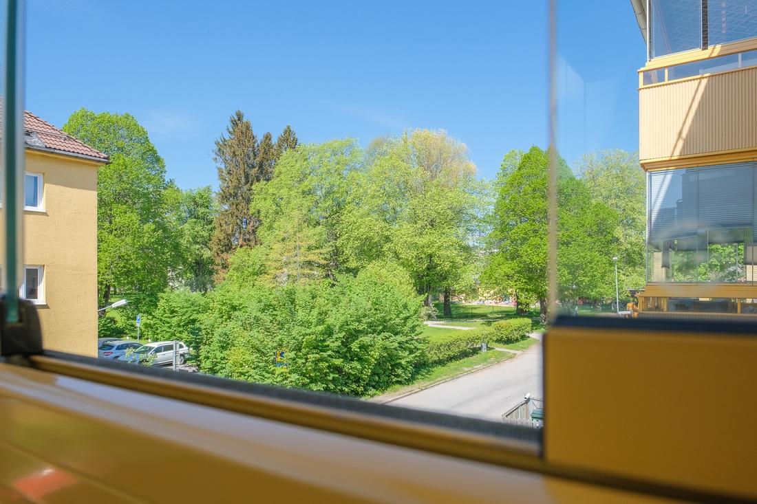 Fin vy mot grönområde från balkongen