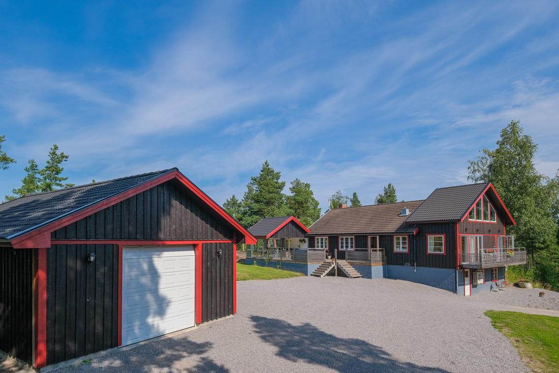 Nytt(!), stort garage om ca 70 kvm öppet i nock med loft...