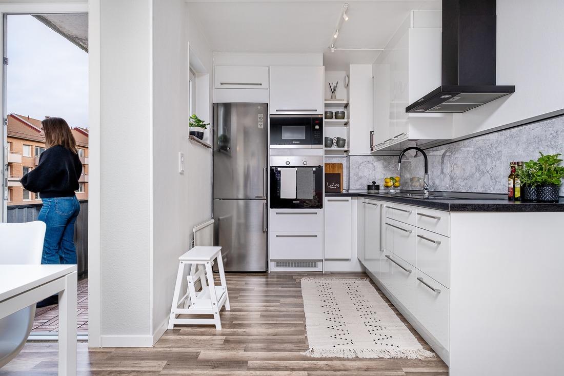 Utbyggt kök med rostfria och inbyggda maskiner...
