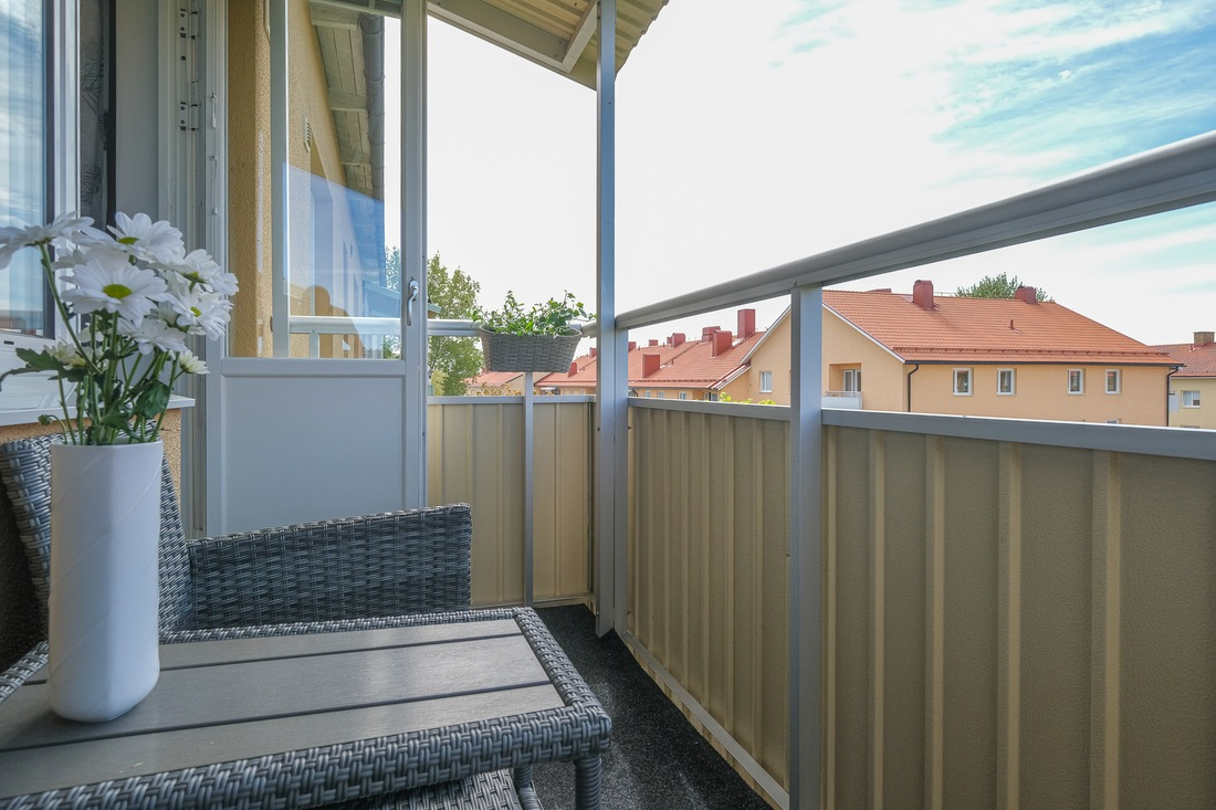 Högt belägen balkong med matta...