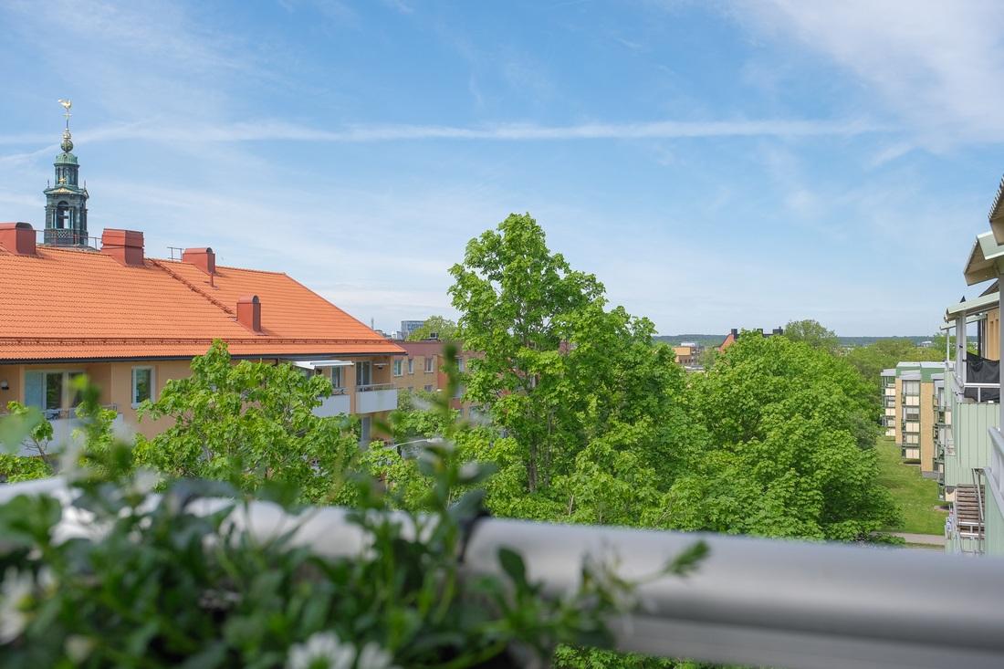 Härlig utsikt över hustaken mot Gävle strand...