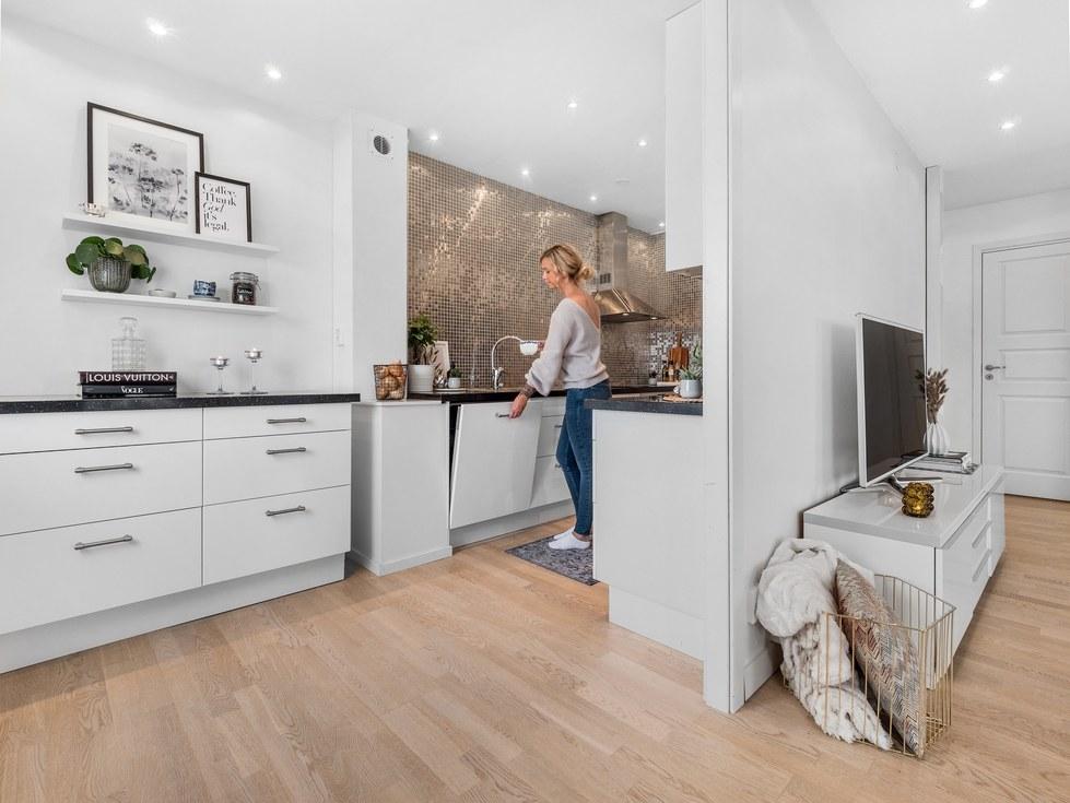 Nytt kök och infällda spotlights i taket...