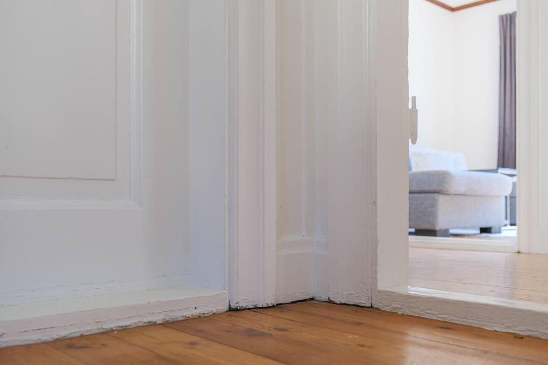Speglade dörrar och fina lister och foder...