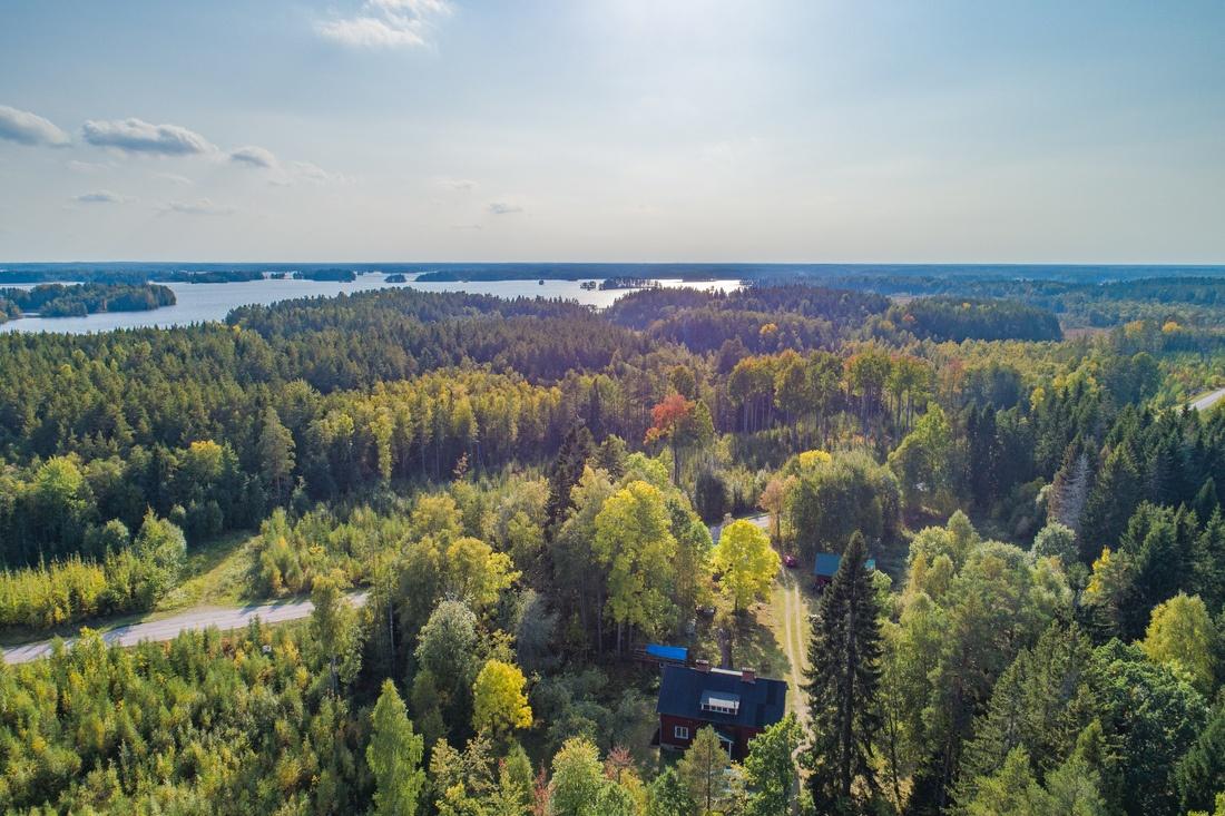 Ca 500 meter till Dalälven, ca 17 min. till Gävle och ca 48 min. till Uppsala...