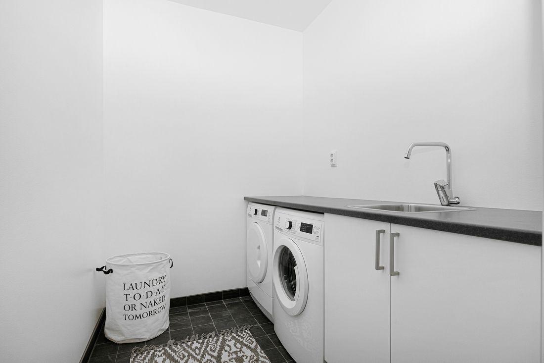 Separat tvättstuga med möjlighet till extra förvaring över bänken...