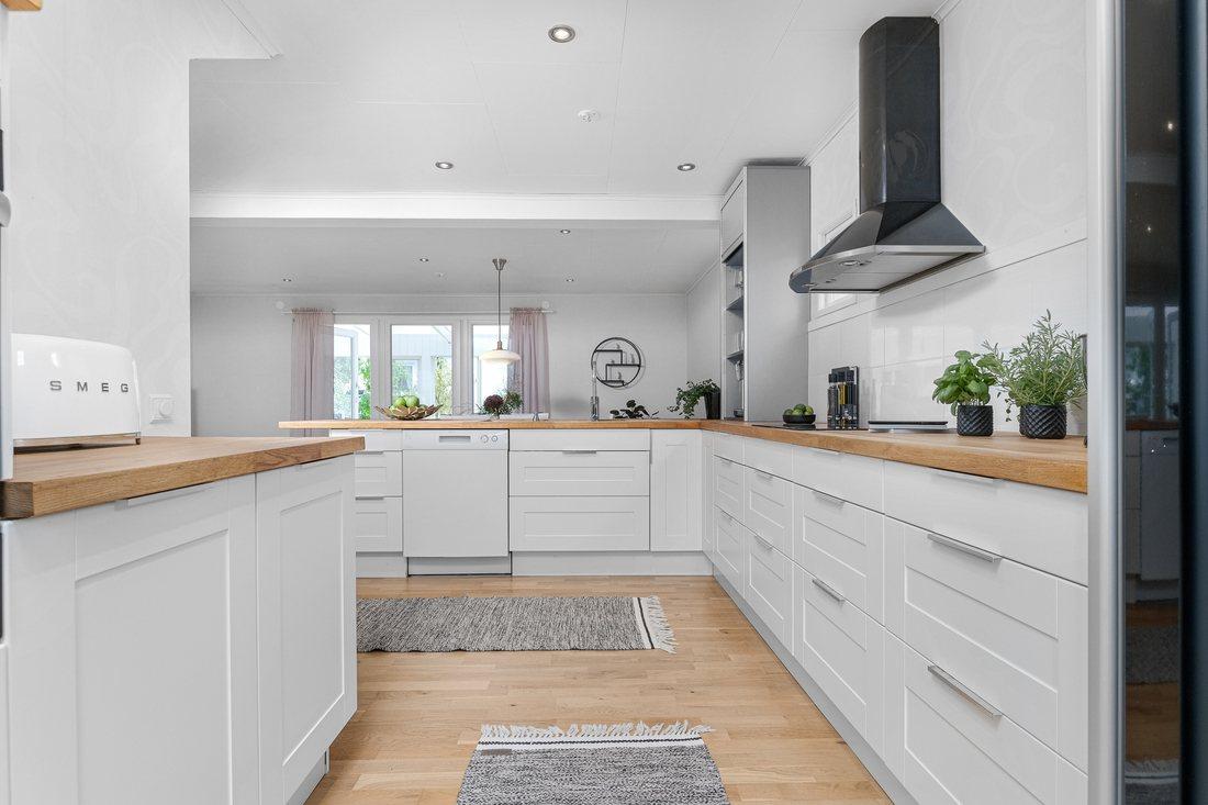 Nytt kök med gott om förvaring...