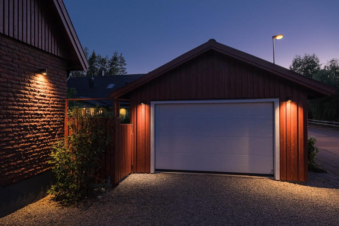 Garage med ny fjärrstyrd garageport (-15)