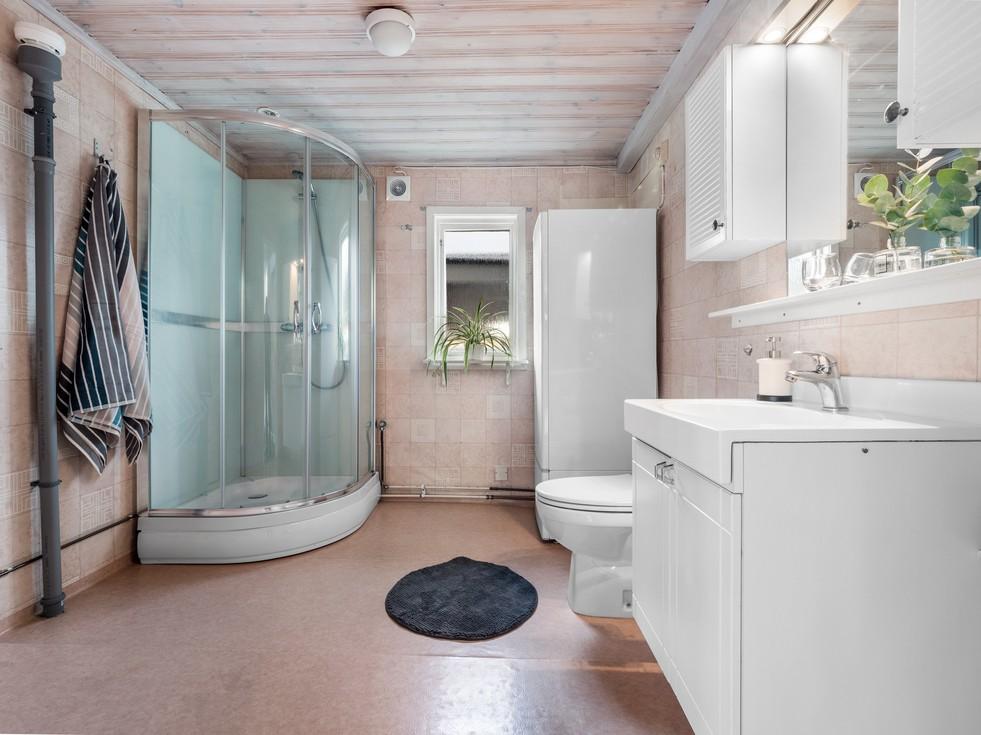Stort med ny duschkabin och fönster...