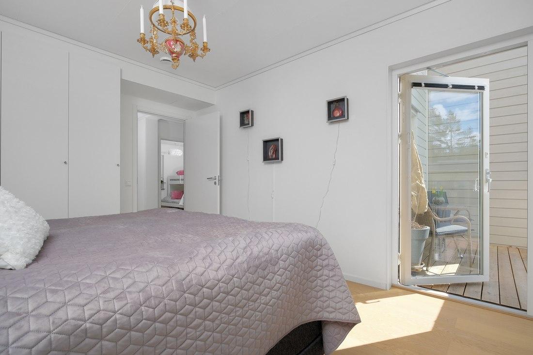 Master bedroom med utgång till balkong...