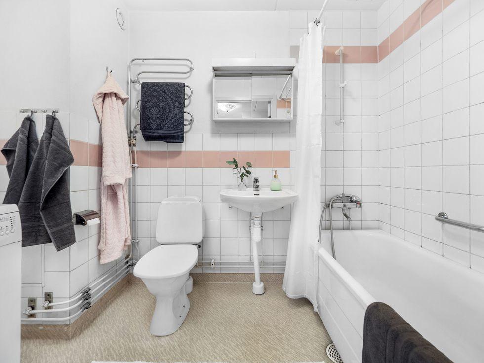 Rymligt med plats för såväl badkar som tvättmaskin...