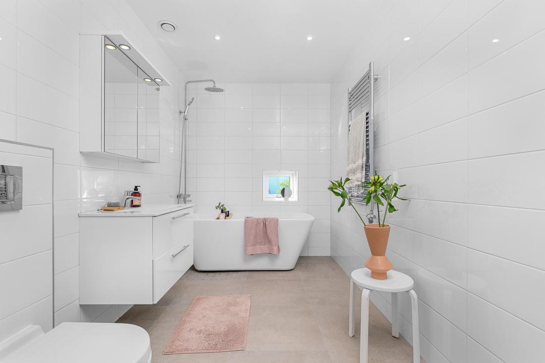 Två stora badrum med exklusivt klinker i betongutförande...