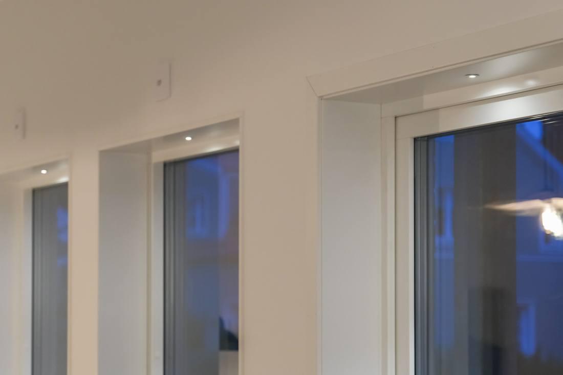 Infällda spotlights i alla fönster...