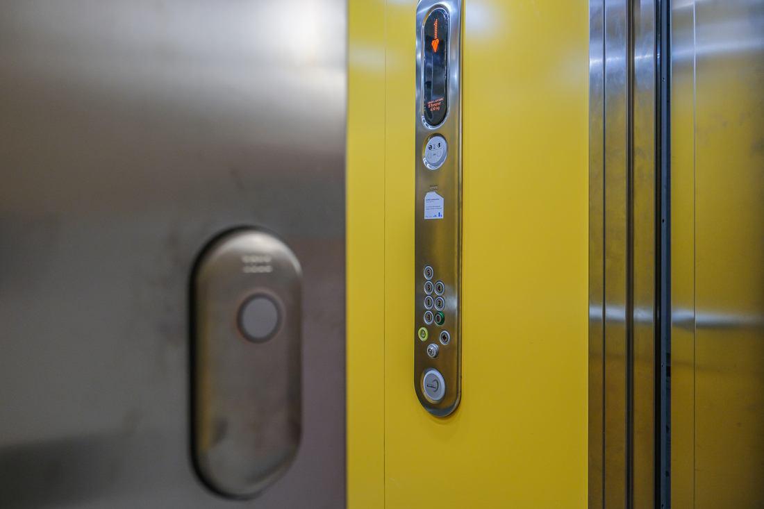Välkommen upp via hissen eller trappan!