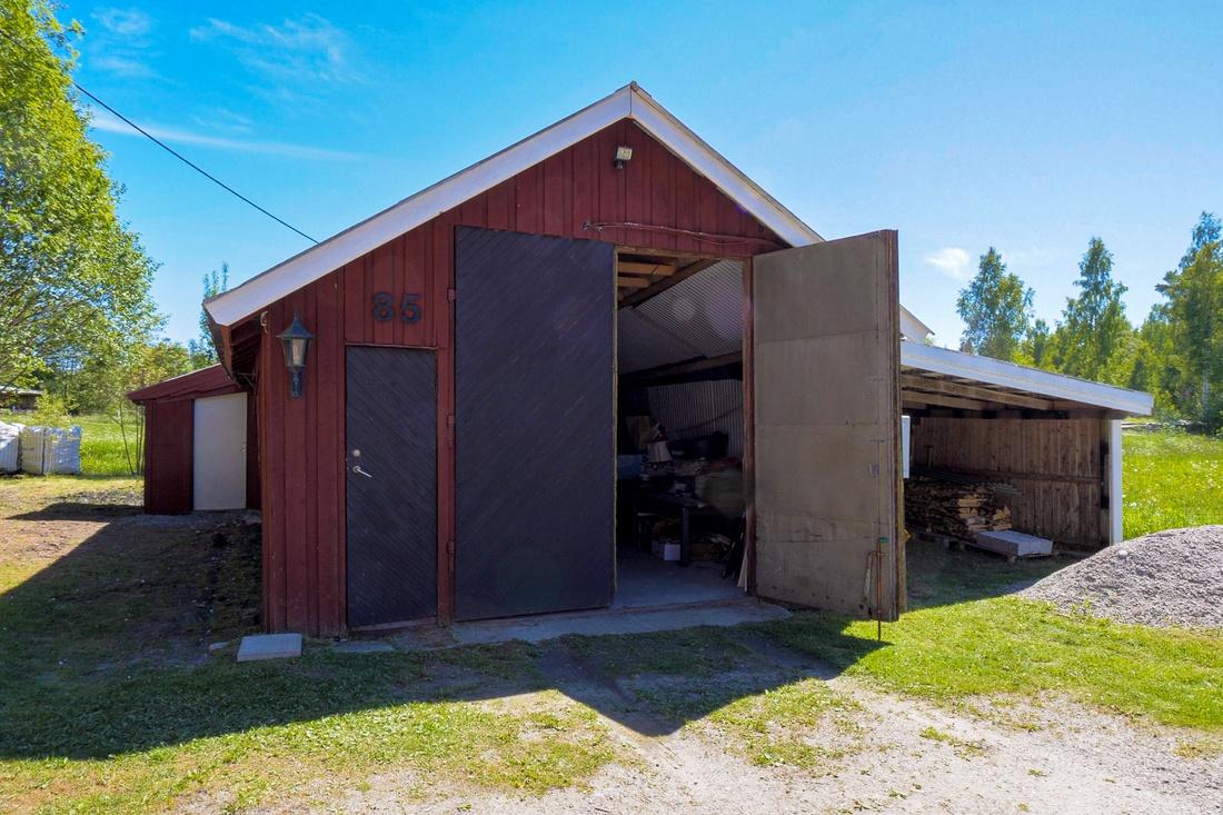 Ca 75 kvm garage och intilliggande carport...