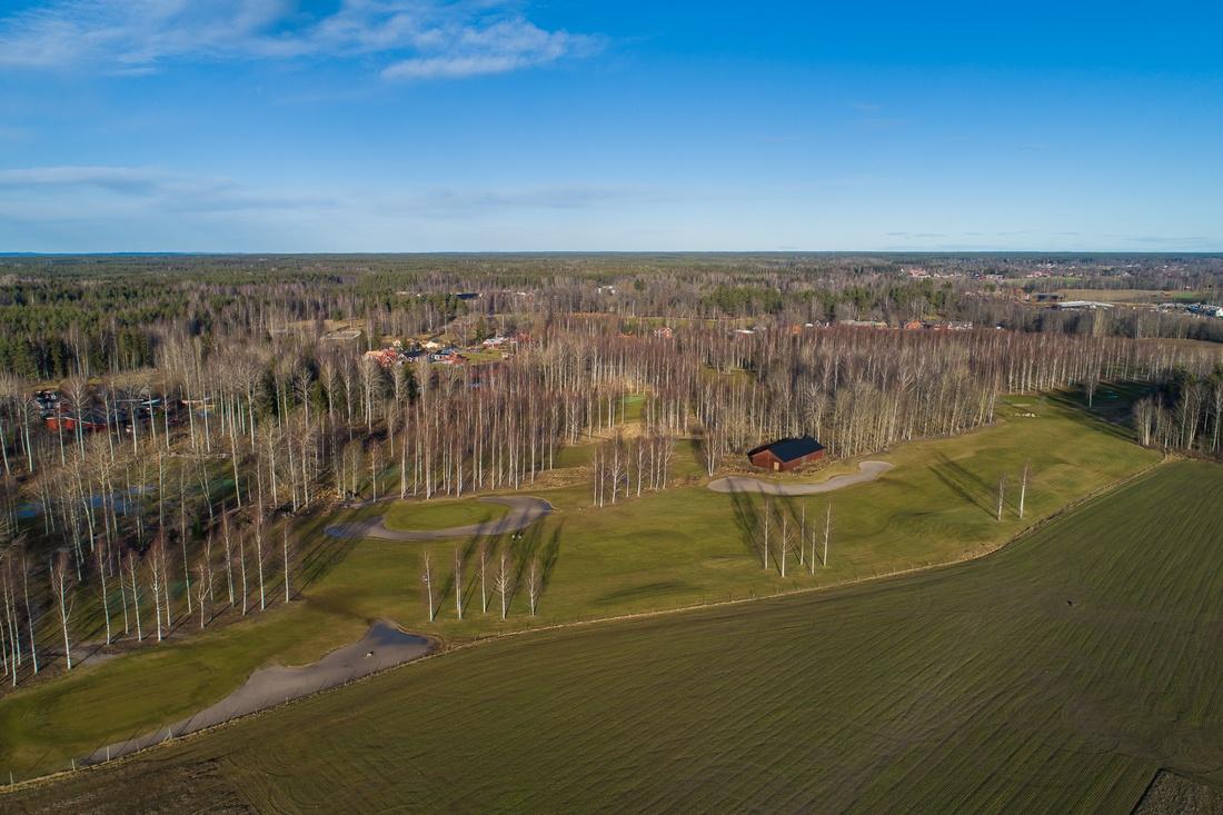 Ca 1,5 km till Mackmyra golfbana med fantastisk range...